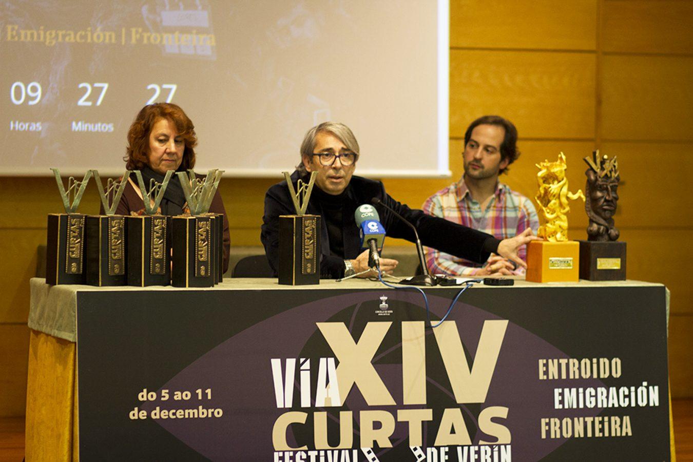 Un momento da rolda de prensa coa concelleira de Cultura, o artista plástico e o director do festival.
