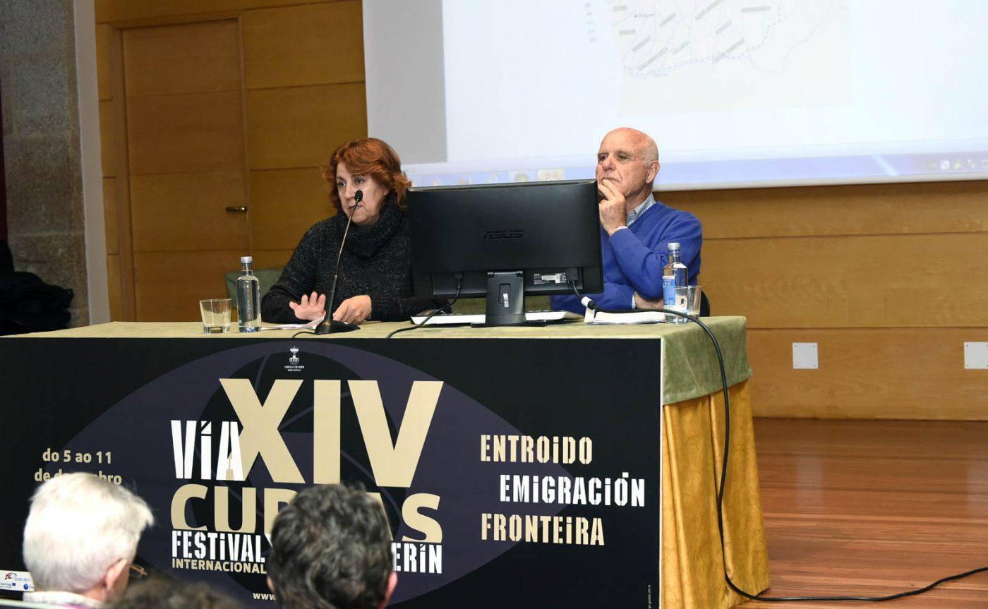 A concelleira de Cultura de Verín, Emilia Somoza, presentando ao ponente.