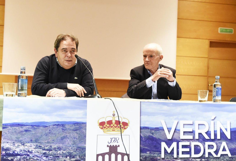 O alcalde de Verín, presentando ao antropólogo Manuel Mandianes.