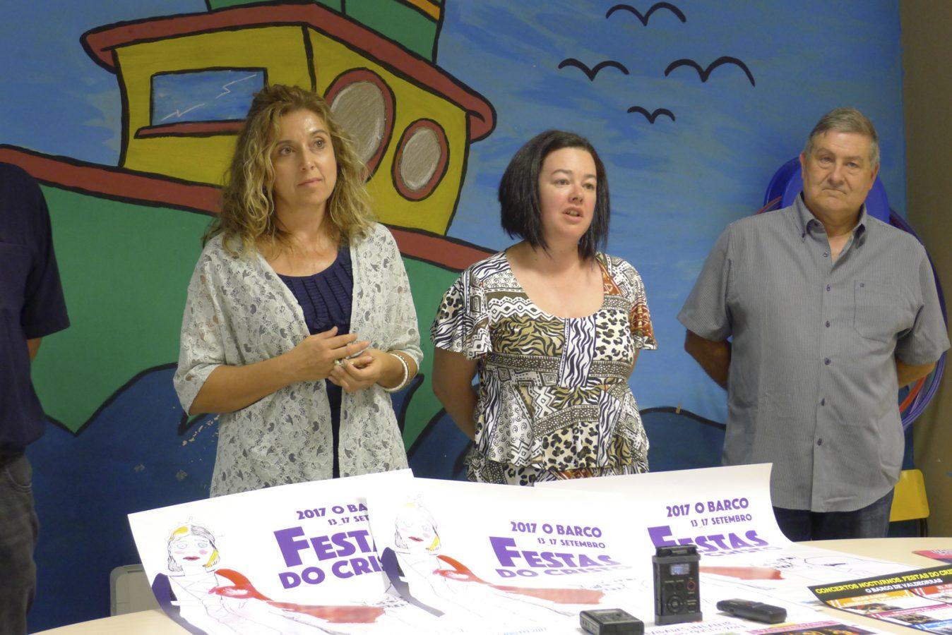 A concelleira de Cultura do Barco, Margarida Pizcueta, xunto a dous membros da comisión. /Foto: Mónica G. Bellver.