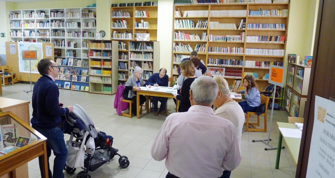 Electores facendo cola para depositar o seu voto nunha das mesas electorais do Barco./ Foto: A.R.