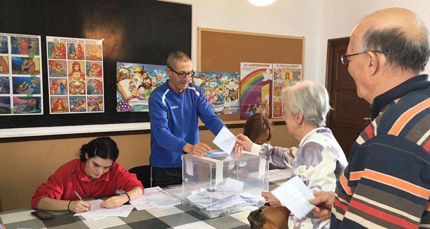 Electores exercendo o seu dereito ao voto na Rúa./ Foto: Mónica G. Bellver.