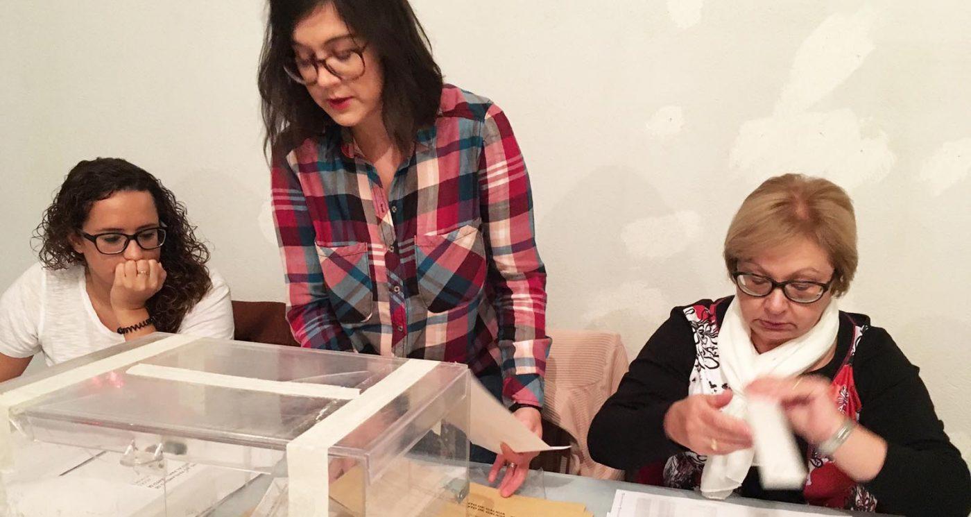 Preparativos na Rúa antes de abrir unha das mesas electorais./ Foto: Mónica G. Bellver.