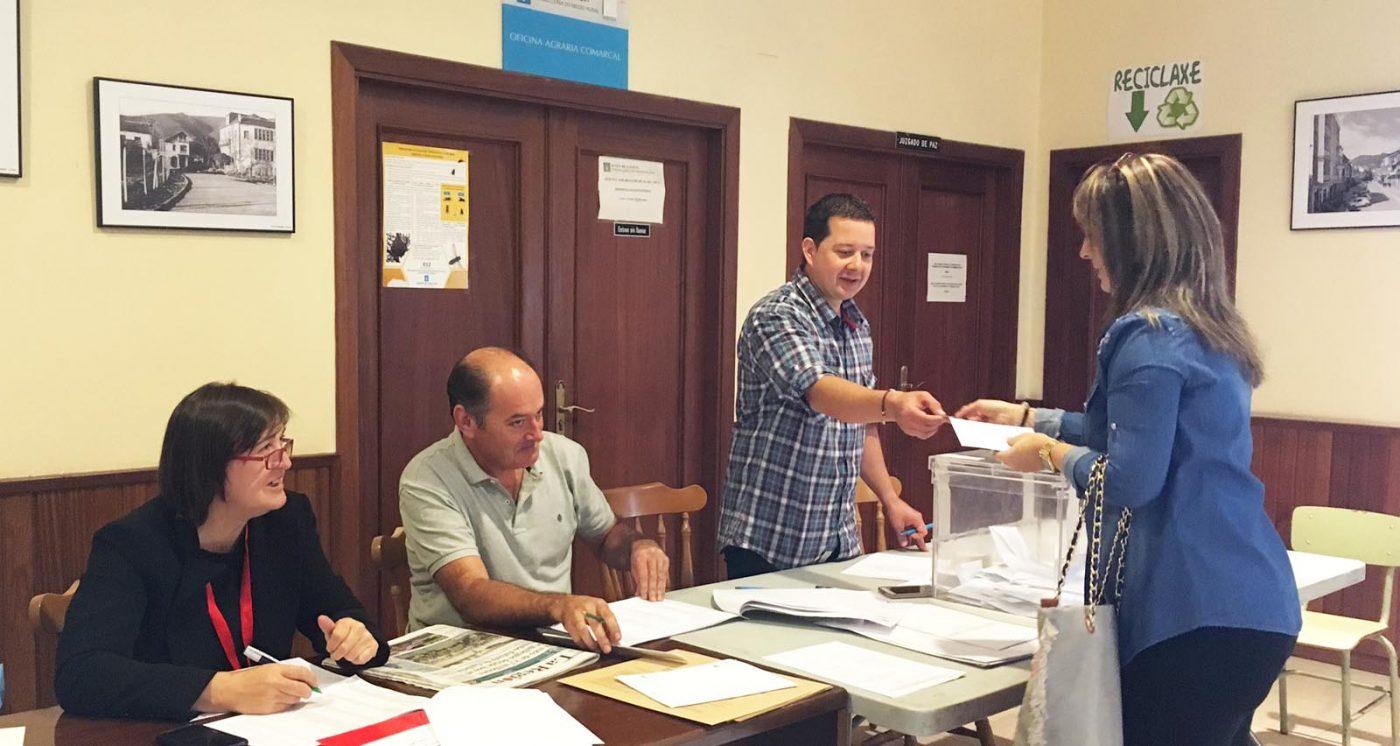Unha votante noutra mesa electoral ruesa./ Foto: Mónica G. Bellver.