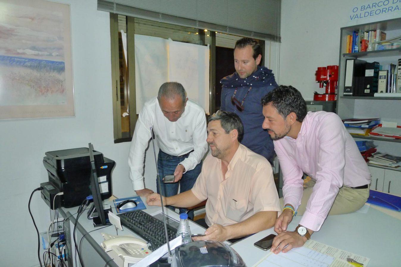 Moisés Blanco, á dereita, con outros compañeiros do PP barquense, recabando datos./ Foto: A.R.