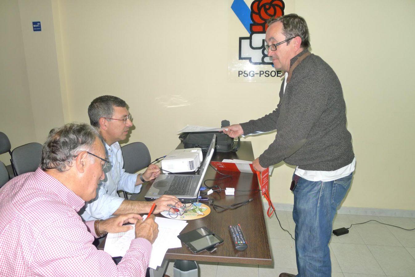 Os socialistas barquenses recollendo os datos das mesas electorais./ Foto: A.R.