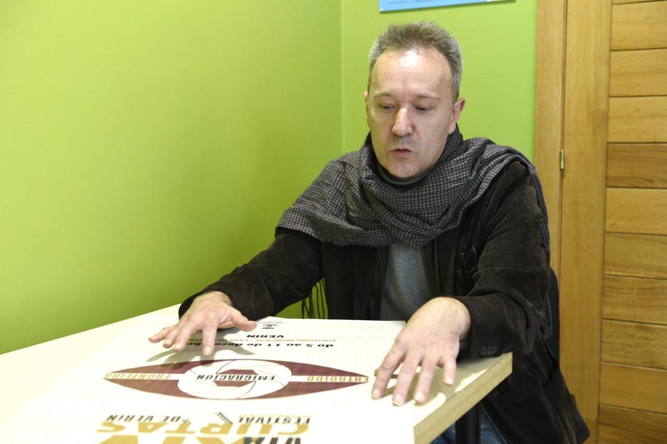 O creativo verinés Jorge Godás, explicando as características do cartaz trala presentación na Casa da Cultura de Verín. /Foto: Carlos G. Hervella.