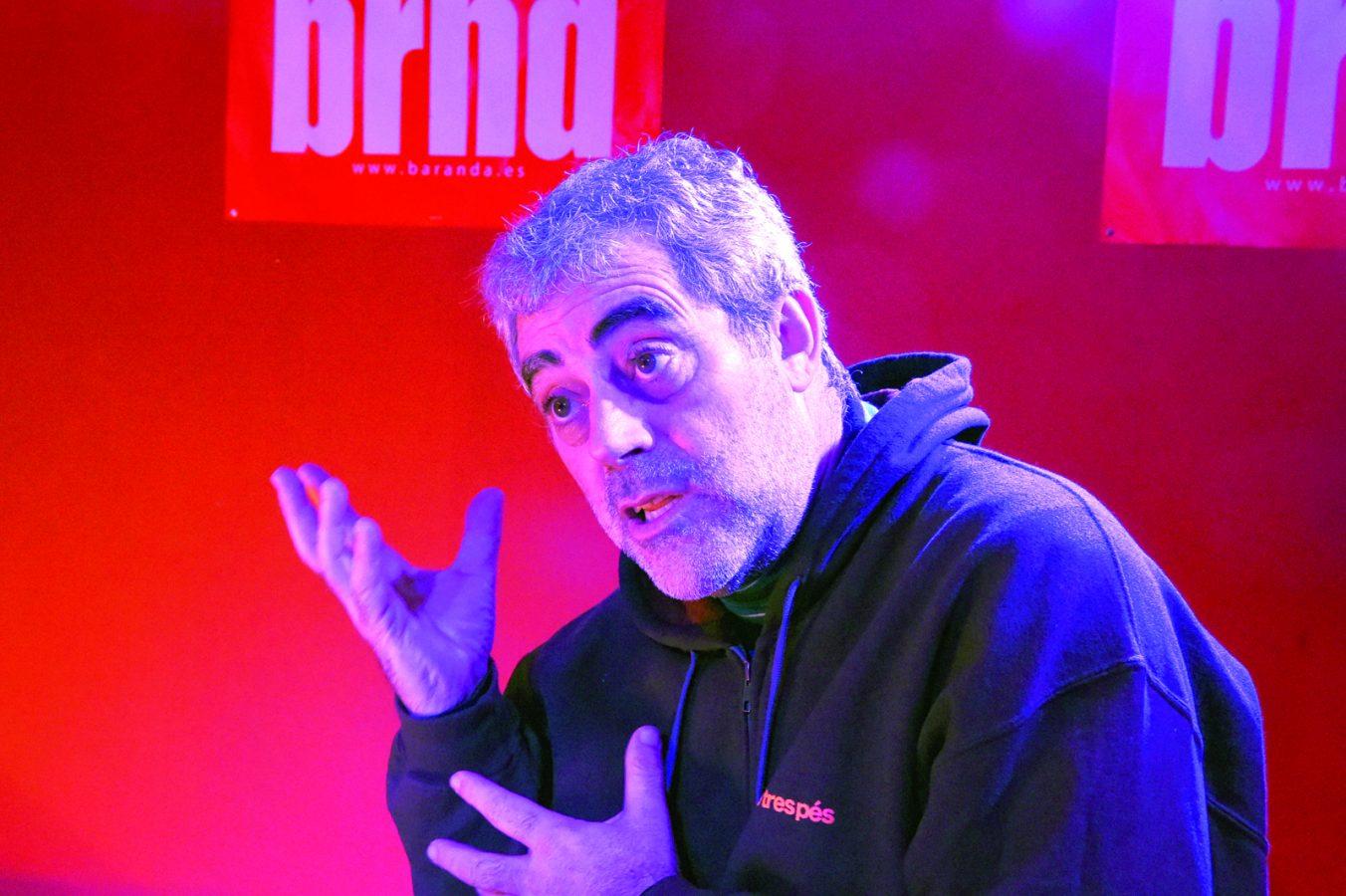O actor Carlos Blanco nunha actuación no Baranda, no Barco. /Foto: Carlos G. Hervella.