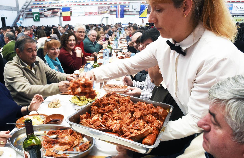 Servindo o botelo na anterior edición da festa gastronómica.