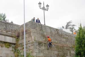Photo of Comeza a limpeza da Ponte Vella de Ourense