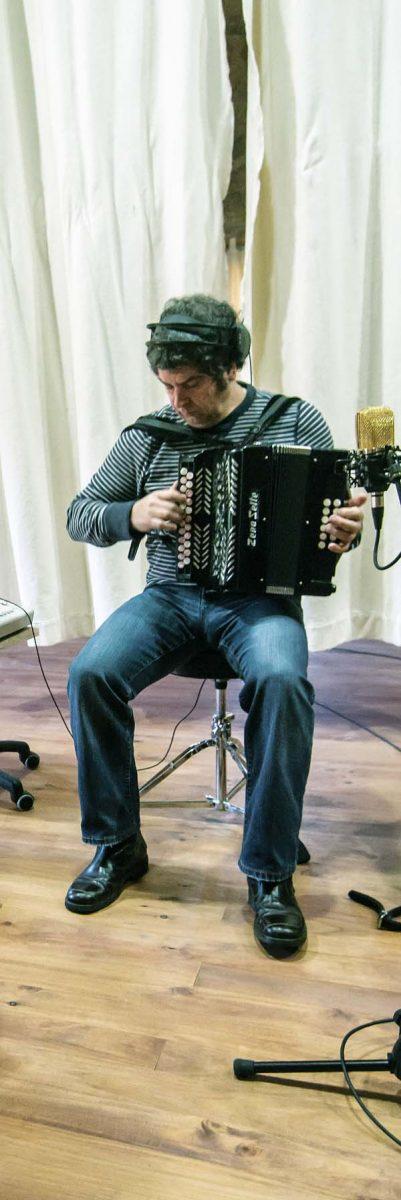"""Kepa Junkera tocando a trikitixa na gravación de """"Galiza""""."""