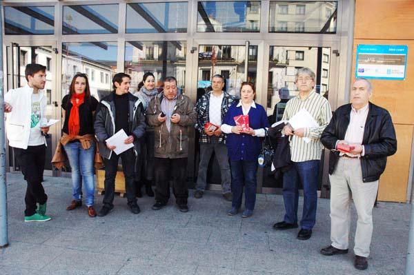 Representantes do BNG e da CIG de Valdeorras, antes de rexistrar a moción no Concello do Barco.