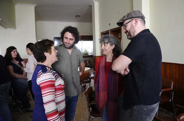 Conversando con Orosia, unha veciña de Bidueira./ Foto: Carlos G. Hervella