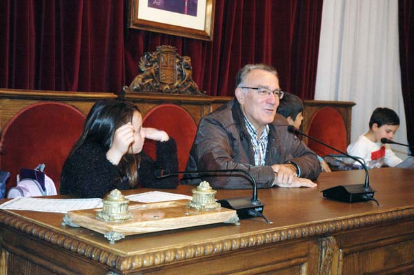 Photo of Alumnos do CEIP Julio Gurriarán entrevistan ao alcalde do Barco