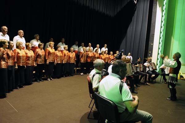 Algúns dos integrantes da agrupación Abertal, nunha actuación./ Foto: Carlos G. Hervella