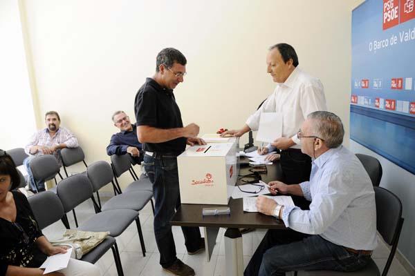 Votacións na sede local do PSdeG-PSOE do Barco na mañá do 13 de xullo./ Foto: Carlos G. Hervella