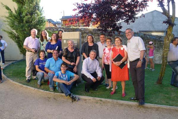 O alcalde barquense, con membros do coro e algúns dos veciños presentes no acto.