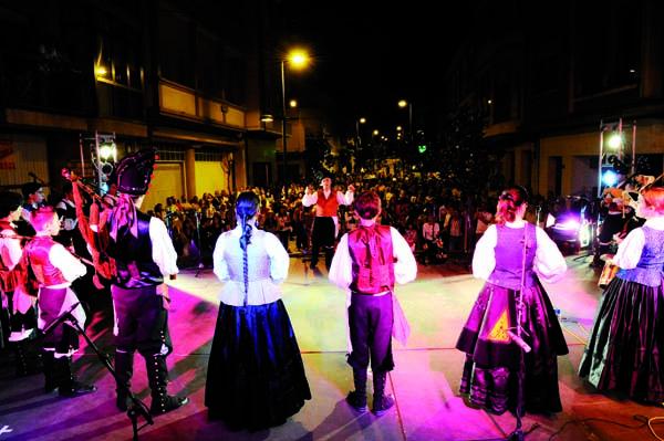 Imaxe dunha actuación de Abertal na rúa da Estación./ Foto: Carlos G. Hervella.
