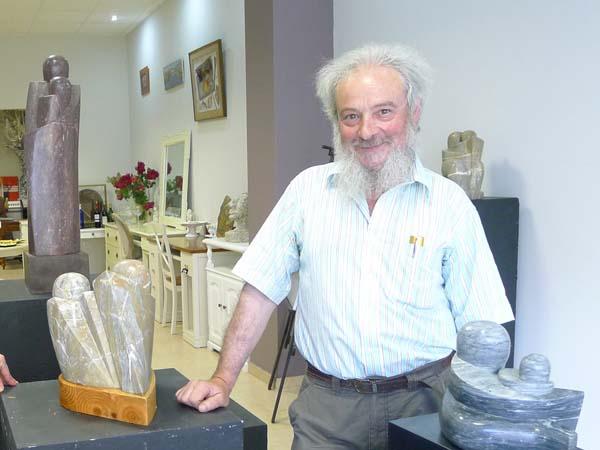 O escultor Cochorro conta cunha exposición no Barco (na imaxe) e  ten unha obra nunha mostra de arte galega na Coruña./ Foto: Ángeles Rodríguez.
