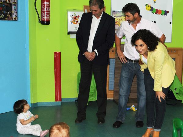 """A directora xeral de Familia e Inclusión, Amparo González, visitando  a escola infantil """"Antela""""."""