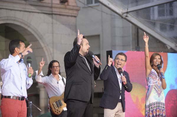 Imaxe dos presentadores deste programa especial realizado dende a praza Maior de Ourense.