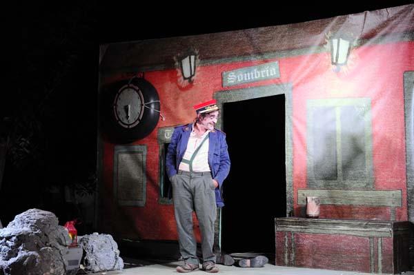 """O actor Gabriel Prada, nunha escea de """"Estación Sombrío""""./ Foto: Carlos G. Hervella."""