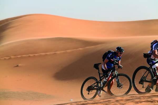 """Víctor durante a 5ª etapa da carreira, o famoso """"paso das dunas"""" duns sete quilómetros que deben facerse a pé. /Foto: Javier M@Titan Desert."""