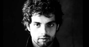 """Christian Escuredo, un dos tres protagonistas do musical """"Priscilla. Reina del desierto"""""""