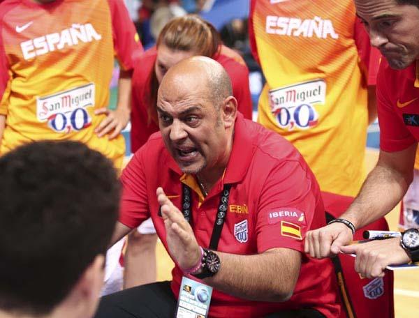 Lucas Mondelo, dirixíndose ás xogadoras, nun tempo morto.