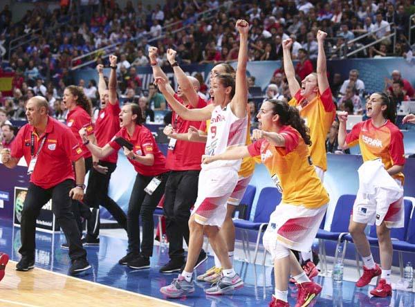 O corpo técnico español e as xogadoras no banquiño, celebrando o final do partido contra Turquía.