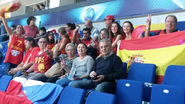 Os pais de Lucas Mondelo, do Barco, con outros familiares, animando a España no partido contra Turquía./ Foto cedida por Paula García.