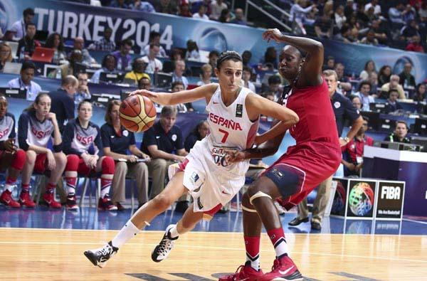 Alba Torrens, en pleno ataque frente a una jugadora estadounidense.