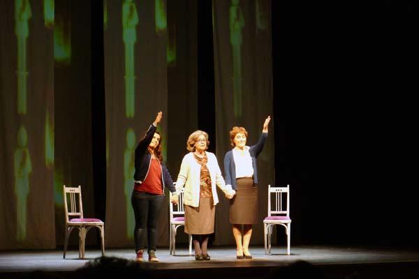As tres actrices que participan na obra, ao final da función./ Foto: Ángeles Rodríguez.