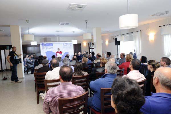 A presentación tiña lugar nos salóns do Hostal A Viuda de Trives./ Foto: Carlos G. Hervella.
