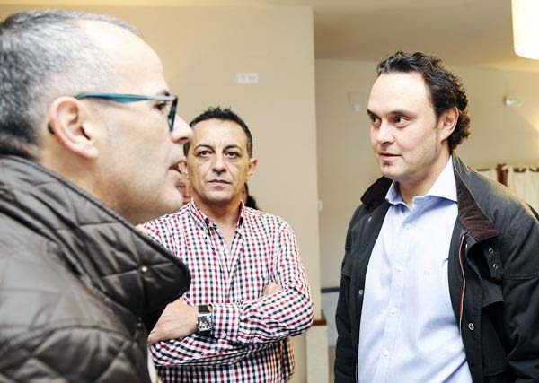 Xesús Vázquez, falando cos candidatos de Manzaneda e Trives, que entran por primeira vez na política./ Foto: Carlos G. Hervella.