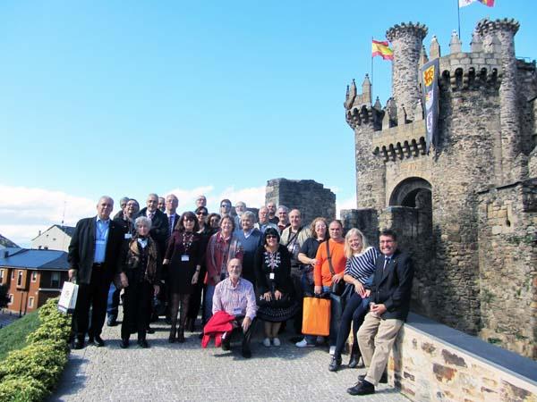 Os participantes no congreso, no Castelo dos Templarios, en Ponferrada (León).