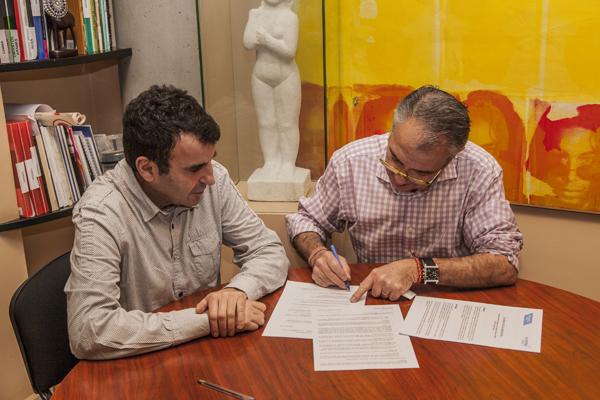 Firma do convenio entre o representante da escola e o presidente do CCA Ourense Centro.