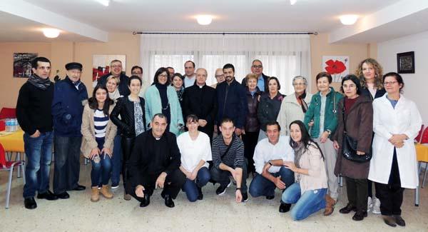 Os participantes neste encontro no comedor que Cáritas xestiona en Ourense.