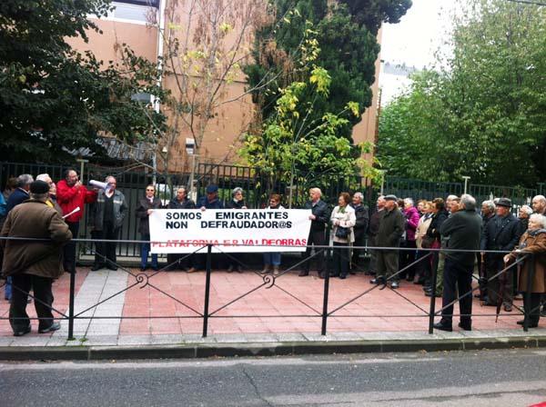 Photo of Nova concentración de emigrantes ante a delegación de Facenda no Barco