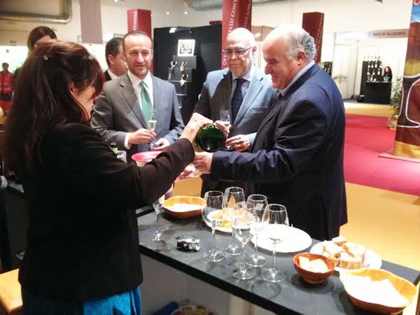 O alcalde rues, co outras autoridades no stand dos viños valdeorreses.