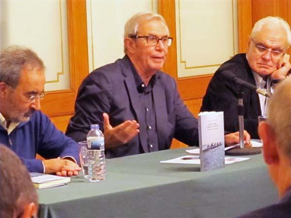 O autor, rodeado por Xavier Casares e Víctor Freixanes, no Liceo de Ourense./ Foto cedida por Galaxia.
