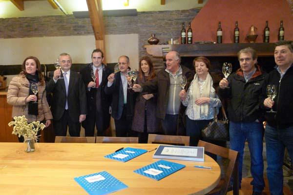 Asistentes ao acto de entrega certificado de uso da marca Galicia Calidade á adega A Coroa./ Foto: Ángeles Rodríguez.