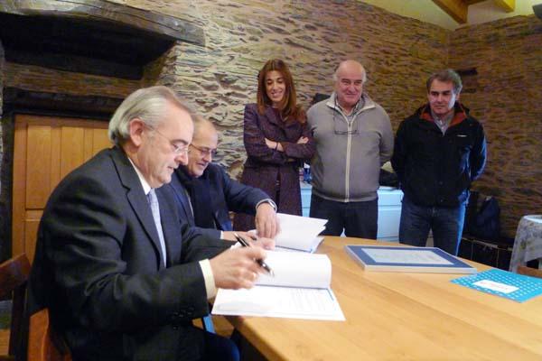 Firma do acordo entre Galicia Calidade e A Coroa./ Foto: Ángeles Rodríguez.