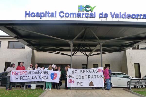 Persoas participantes na concentración de CIG-Saúde ás portas do HCV./ Foto: Ángeles Rodríguez.