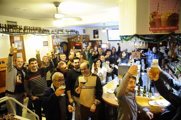 Participantes na primeira edición da festa da cervexa artesana no Triskel./ Foto: Carlos G. Hervella.