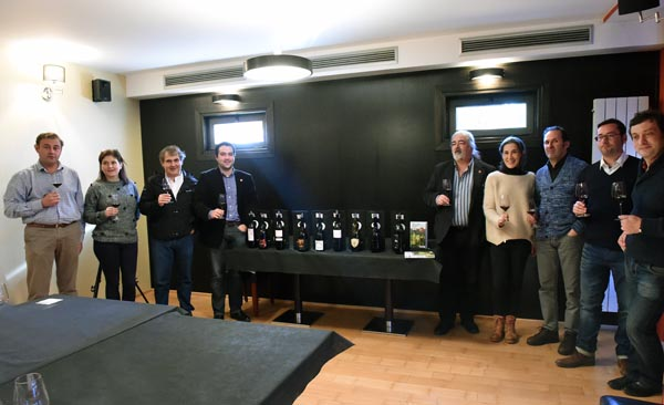 Os expertos, ao final da cata, co presidente do CRDO Valdeorras e a responsable da Vinoteca Pepa./ Foto: Carlos G. Hervella.