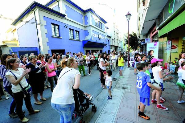 """Público asistindo a unha das representacións de """"Teatro nos escaparates"""" no Barco./ Foto: Carlos G. Hervella."""