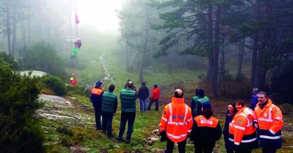 Membros de Protección Civil de Manzaneda asistindo a un curso impartido na estación de montaña de Manzaneda./ Foto cedida por Protección Civil de Manzaneda.