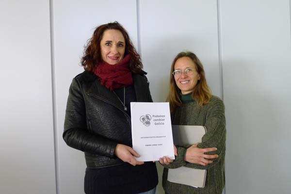 Consuelo Rivadulla e Iris López, candidatas ao consello autónomico de Podemos Cambiar Galicia./ Foto: Ángeles Rodríguez.
