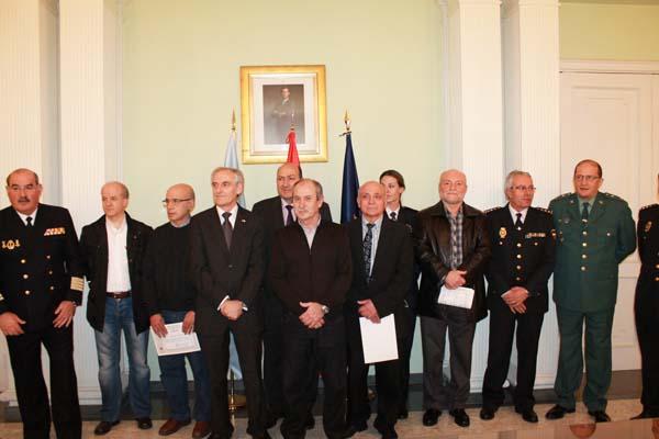 Os colaboradores distinguidos coas autoridades asistentes ao acto.